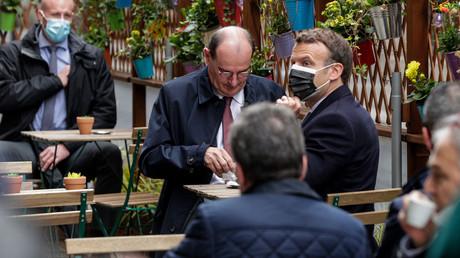 Le président français Emmanuel Macron et le Premier ministre français Jean Castex prennent un café sur une terrasse à Paris le 19 mai 2021.