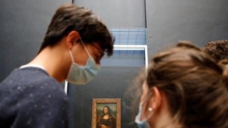 Deux visiteurs masqués admirent La Joconde au musée du Louvre à Paris le 19 mai 2021 (image d'illustration).