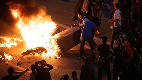 Des migrants brûlent une moto en protestation contre la police marocaine qui les empêche de traverser la frontière entre Fnideq et Ceuta, le 19 mai 2021 (image d'illustration).