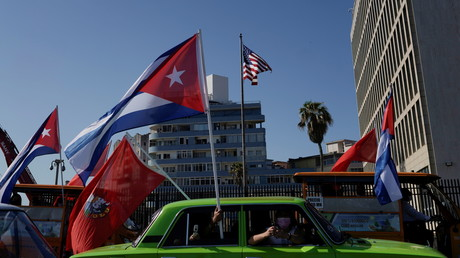 Cortège de protestation devant l'ambassade des Etats-Unis contre l'embargo commercial, à La Havane, Cuba, le 28 mars 2021.