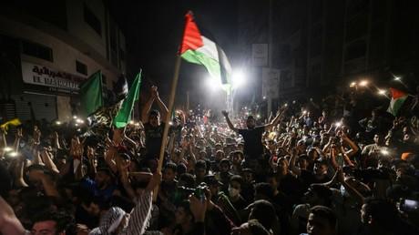 Des Palestiniens manifestent leur joie à l'annonce du cessez-le-feu, à Gaza, le 21 mai 2021.