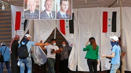 Les Syriens résidant au Liban ont voté avant l'élection présidentielle du 26 mai, à l'ambassade de Syrie à Yarze, au Liban, le 20 mai 2021.