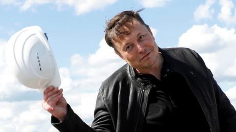 Elon Musk hôte son casque de chantier lors de la visite de la Gigafactory Tesla de Grünheide, près de Berlin, le 17 mai 2021 (image d'illustration)