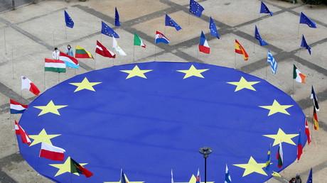 Un drapeau de l'Union européenne au centre de la place Schuman, devant le siège de la Commission européenne à Bruxelles, en Belgique, le 8 mai 2021 (illustration).