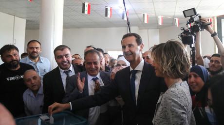 Le président syrien Bashar el-Assad et son épouse Asma ont voté à Douma, près de Damas, le 26 mai 2021.