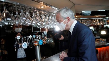 Le ministre français de l'Economie et des Finances, Bruno Le Maire, visite un café lors des préparatifs de la réouverture des terrasses à Paris, le 18 mai 2021.