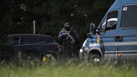 Gendarmes du GIGN et policiers nationaux sont déployés à la Chapelle-sur-Erdre (Loire-Atlantique) pour repérer le suspect armé en fuite.