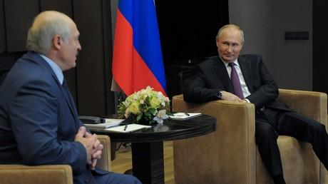 Le président russe Vladimir Poutine (d.) invitait son homologue biélorusse Alexandre Loukachenko (g.) à Sotchi ce 28 mai 2021.