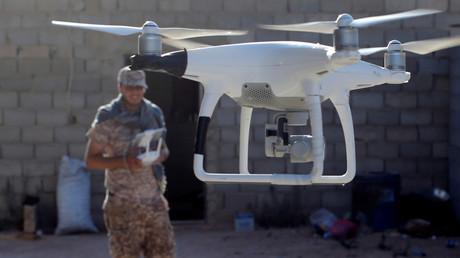 Un combattant des forces libyennes utilise un drone à Syrte, en Libye, le 26 juillet 2016 (illustration).