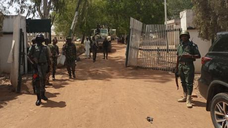Des soldats et des policiers nigérians se tiennent à l'entrée d'un collège fédéral de Mando, dans l'Etat de Kaduna, le 12 mars 2021, au lendemain de la prise d'assaut d'une école par un gang de kidnappeurs (image d'illustration).