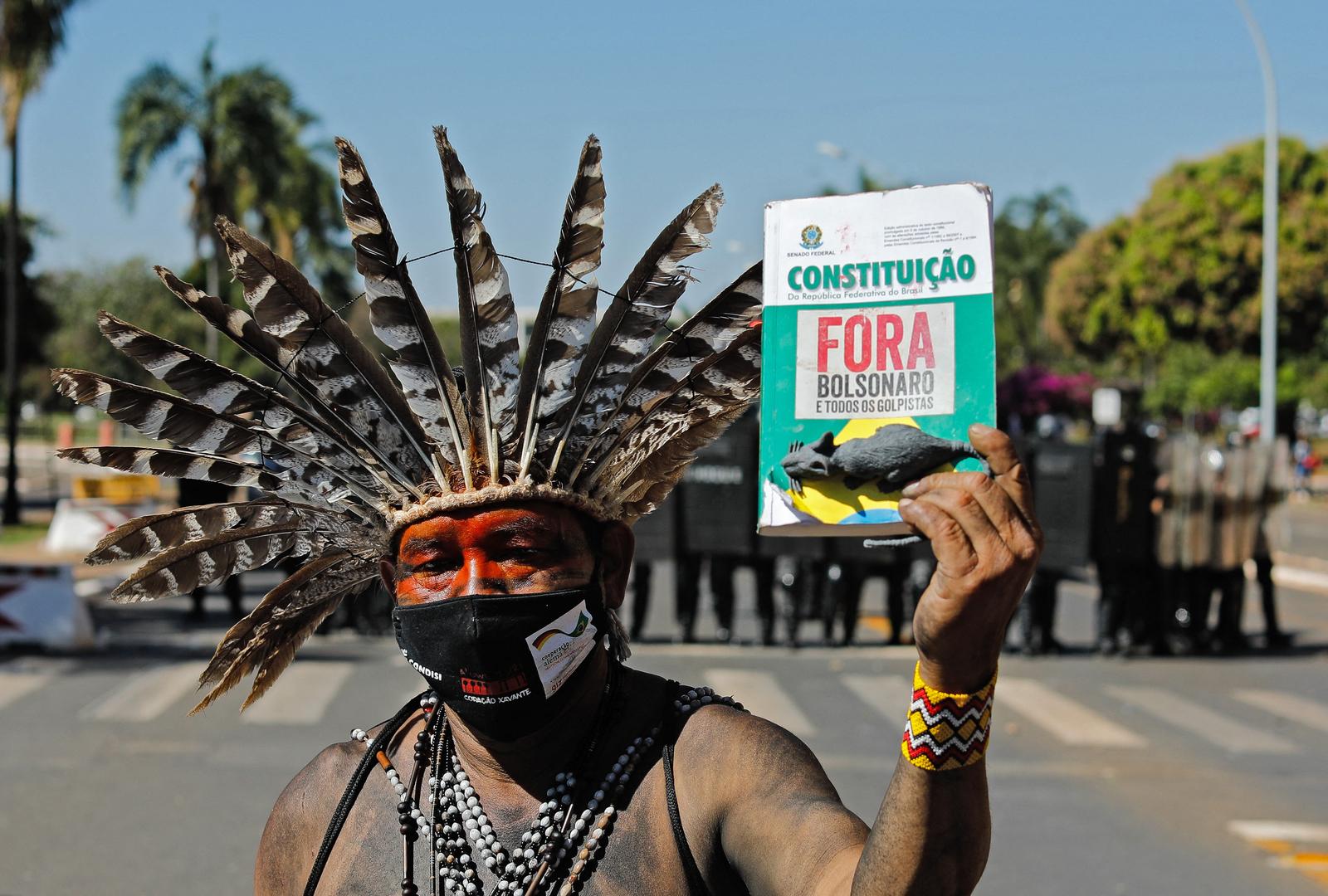 Brésil : plusieurs blessés lors de heurts entre indigènes et policiers devant le Parlement (VIDEOS)