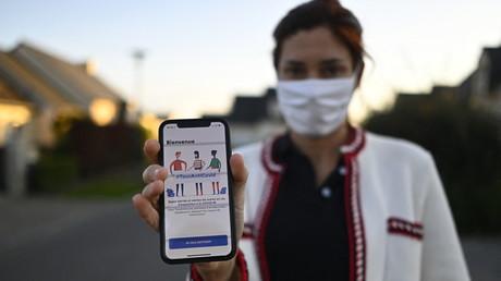 Une femme montre l'application TousAntiCovid sur un smartphone à Rennes, le 22 octobre 2020 (image d'illustration)