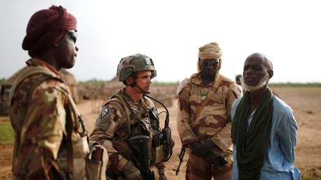 Un soldat français et un soldat malien le 29 juillet 2019 dans le nord du Mali (image d'illustration)