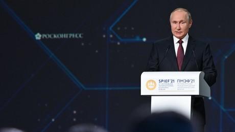 Le président russe Vladimir Poutine s'exprime lors de la séance plénière du Forum économique international de Saint-Pétersbourg, le 4 juin 2021,