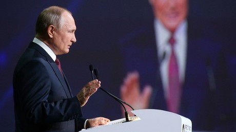 Le président russe Vladimir Poutine prend la parole lors de la séance plénière du Forum économique de Saint-Pétersbourg ce 4 juin.