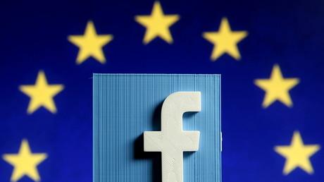 Le signe commercial de Facebook devant le drapeau européen (montage d'illustration réalisé le 15 mai 2015).