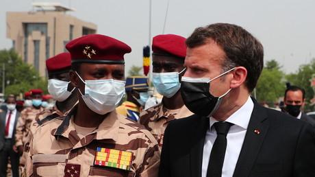 Emmanuel Macron et Mahamat Idriss Déby lors des funérailles de l'ancien président du Tchad le 23 avril 2021
