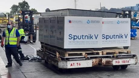 Des caisses contenant des doses de vaccin russe Spoutnik V, dans un aéroport du Guatemala (image d'illustration).
