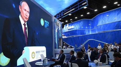Le président russe Vladimir Poutine apparaît à l'écran alors qu'il s'exprime lors de la séance plénière du Forum économique international de Saint-Pétersbourg, le 4 juin 2021.