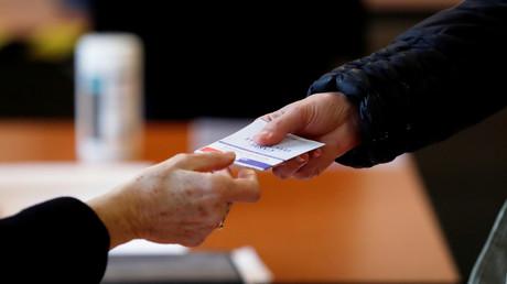 Dans un bureau de vote d'Auray dans le Morbihan, le 15 mars 2020 (image d'illustration).