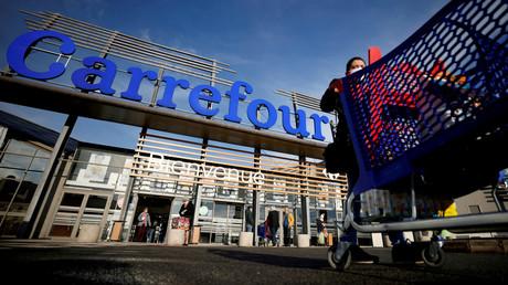 Une cliente devant un hypermarché Carrefour à Saint-Herblain près de Nantes, le 15 janvier 2021 (image d'illustration).