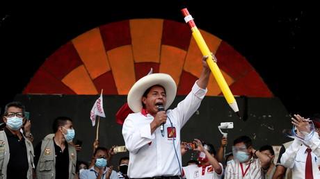 Le candidat à la présidentielle du Pérou Pedro Castillo du parti Peru Libre s'adresse à ses partisans lors d'un rassemblement le 28 avril 2021, à Lima, (Pérou).