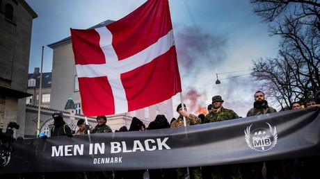 Des membres du groupe Men in Black manifestent contre les restrictions liées au Covid-19, à Copenhague, au Danemark, le 10 avril 2021 (image d'illustration).