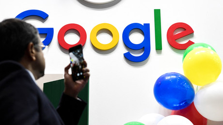 Un homme prenant le logo Google en photo lors du salon des start-ups et de l'innovation Vivatech en 2019 (image d'illustration).