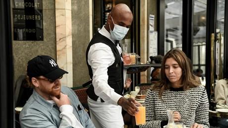 Un serveur et des clients sur le terrasse du Café de Flore à Paris le 19 mai 2021 (image d'illustration).
