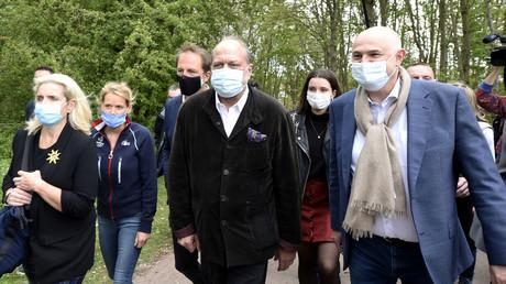 Eric Dupond-Moretti fait campagne aux côtés de Laurent Pietraszewski dans les Hauts-de-France, ici à proximité de Lens le 8 mai 2021.