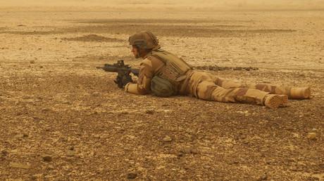 Un soldat français sécurise un périmètre lors d'une interruption du voyage du convoi militaire entre Gossi et Hombori, le 26 mars 2019 (image d'illustration).