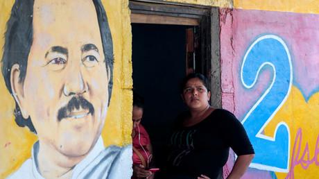 Une femme est assise à côté d'une image du président nicaraguayen Daniel Ortega à Catarina, Nicaragua, le 1er octobre 2020 (image d'illustration).