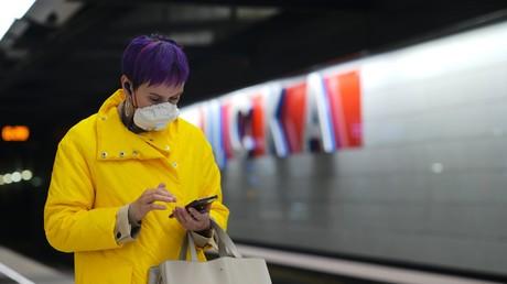 Une usagère du métro de Moscou portant un masque (image d'illustration).