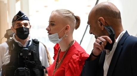 Mila vient assister à son audience judiciaire le 3 juin 2021 au tribunal de Paris en compagnie de son avocat Richard Malka.