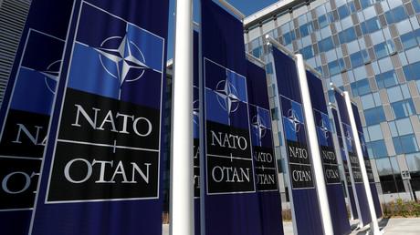 Des bannières avec le logo de l'OTAN sont affichées devant le siège de l'organisation politique et militaire à Bruxelles le 19 avril 2018 (image d'illustration).