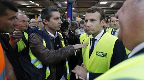 François Ruffin échange avec Emmanuel Macron, lors de la visite du chef de l'Etat sur le site de Whirlpool à Amiens en 2017 (illustration).
