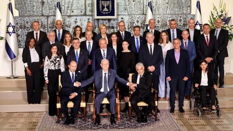Le président israélien Reuven Rivlin (au milieu) en compagnie du Premier ministre Naftali Bennett (à gauche) et du ministre des Affaires étrangères Yair Lapid (à droite) avec le reste du gouvernement le 14 juin 2021 à Jérusalem.