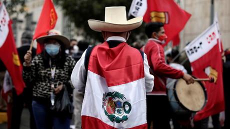 Les partisans du candidat présidentiel du Pérou Pedro Castillo se rassemblent devant le jury national des élections, à Lima, Pérou, le 11 juin 2021 (image d'illustration).