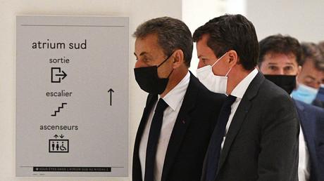 L'ancien président français Nicolas Sarkozy (à gauche) le 15 juin 2021 au tribunal correctionnel de Paris.