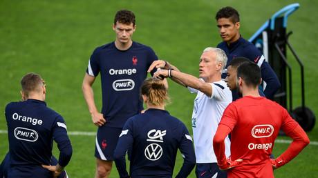 L'entraîneur de l'équipe de France de football Didier Deschamps s'entretient avec les joueurs français lors d'une séance d'entraînement à Clairefontaine, le 5 juin 2021.