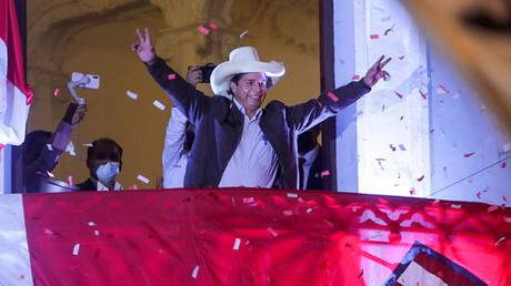 Le candidat à la présidentielle péruvien Pedro Castillo s'adresse à ses partisans depuis le siège du parti