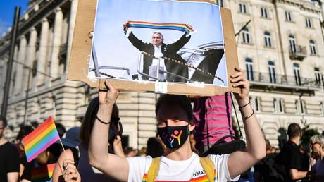 Un manifestant brandit une photo de Viktor Orban tenant un drapeau arc-en-ciel, symbole LGBT, lors de la manifestation du 14 juin 2021 à Budapest (image d'illustration).