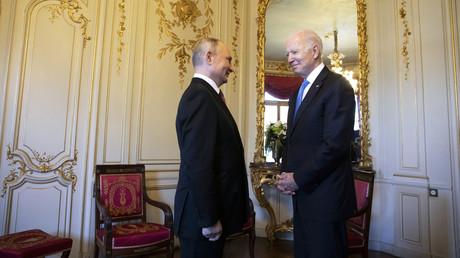 Le président américain Joe Biden s'entretient avec le président russe Vladimir Poutine avant le sommet américano-russe à la Villa La Grange, à Genève, le 16 juin 2021.