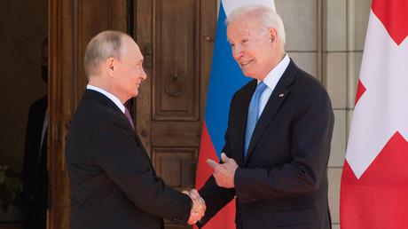 Joe Biden et Vladimir Poutine se serrant la main lors de leur rencontre à Genève le 16 juin 2021 (image d'illustration).