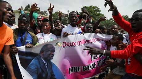 Des partisans avec une banderole pro-Gbagbo, peu avant l'arrivée de l'ancien président à Abidjan le 17 juin.