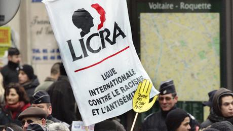 Une banderole de la Licra et une pancarte «Touche pas à mon pote» de l'association Sos-Racisme lors d'une manifestation en hommage à Ilan Halimi le 26 février 2006 à Paris (image d'illustration).