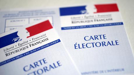 Deux cartes électorales, à Paris, le 19 avril 2017 (image d'illustration).