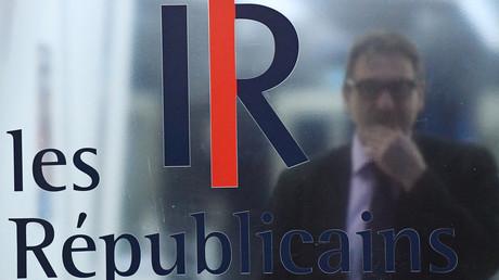 Le logo des Républicains apposé sur une porte vitrée du siège du parti, à Paris, le 6 mars 2017.