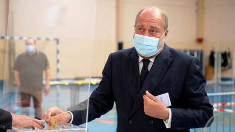 Le ministre de la Justice Eric Dupond-Moretti dans un bureau de vote à Cousolre, dans le nord de la France, pour le premier tour des élections régionales le 20 juin 2021 (image d'illustration).