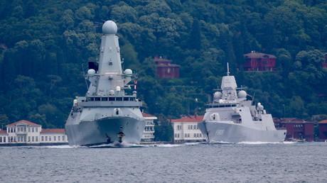 A l'avant-plan, le destroyer de la marine britannique Defender, vu dans le Bosphore en juin 2021 (illustration).